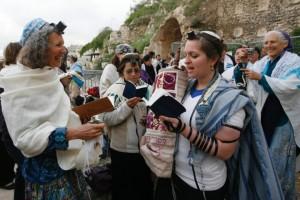 Women Praying at Robinson's Arch - (C) WIKIMEDIA